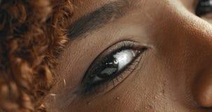Le ` s de femme de couleur de métis observe le plan rapproché clips vidéos