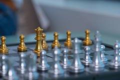 Le ` s de femme cueillent à la main vers le haut des pièces d'échecs Photo libre de droits