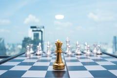 Le ` s de femme cueillent à la main vers le haut des pièces d'échecs Photos stock