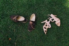 Le ` s de femme et le ` s d'hommes chausse l'herbe verte photos stock