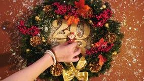 Le ` s de femme remet décorer de Santa la guirlande 2018 de Noël banque de vidéos