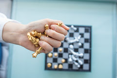 Le ` s de femme remet saisir les pièces d'échecs Photos stock