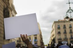 Le ` s de femme remet tenir la bannière pendant la démonstration Image stock