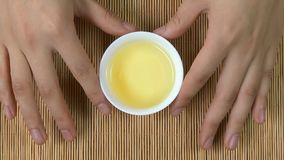 Le ` s de femme remet tenir la tasse blanche de fond en bambou de thé chinois, vue supérieure Une femme tenant une tasse de thé J Photo stock