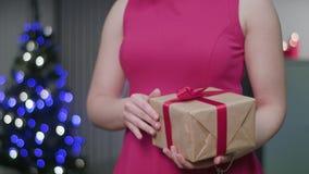 Le ` s de femme remet tenir un cadeau de Noël clips vidéos