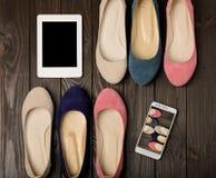 Le ` s de femmes chausse des ballerines rose, bleu et beige sur une obscurité en bois Photographie stock