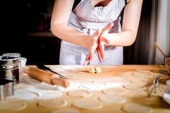 Le ` s de femmes remet faire la pâte, foyer sélectif Images stock