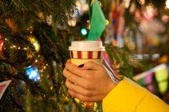 Le ` s de femmes remet tenir la tasse de café image libre de droits