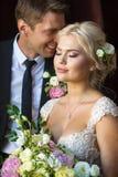 Le ` s de jeune mariée rêve près avec le marié Image libre de droits