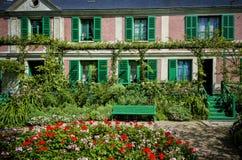 Le ` s de Monet fait du jardinage et Chambre chez Giverny, Normandie, France photo libre de droits