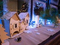 Le ` s de nouvelle année a décoré la fenêtre avec la gelée et les lumières photographie stock libre de droits