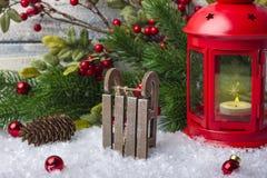 Le ` s de nouvelle année joue avec un chandelier rouge avec une bougie à l'intérieur Traîneau de Santa Claus Photo stock