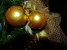Le ` s de nouvelle année joue sur des branches d'un fourrure-arbre Cristal sur le sable Fond de célébration ` S de nouvelle année photos libres de droits