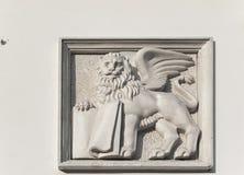 Le ` s de St Mark s'est envolé le lion avec un livre sur le vieux mur de maison à Lviv, Ukraine Photos stock