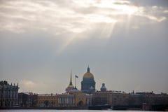 Le ` s de Sun rayonne sur le centre historique et la rivière Neva Image stock