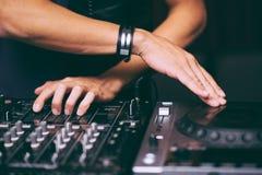 Le ` s du DJ remet à contrôle le plan rapproché à télécommande image libre de droits
