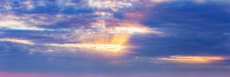 Le ` s du soleil de ciel de fond de panorama rayonne les nuages dramatiques foncés image stock
