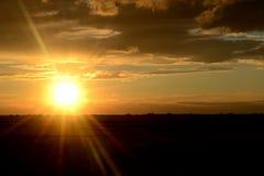 Le ` s du soleil rayonne sur le champ Image stock