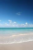 Le sabbie bianche tropicali tirano, oceano caraibico Immagini Stock Libere da Diritti