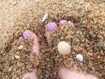 Le sable botte des chatouillements avec la pointe du pied heureux Photo libre de droits