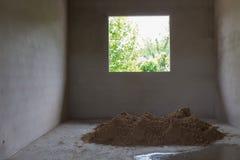 Le sable de pile dans le chantier de construction a préparé le béton de ciment de mélange Image libre de droits