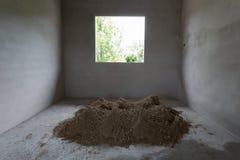 Le sable de pile dans le chantier de construction a préparé le béton de ciment de mélange Photos libres de droits