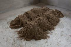 Le sable de pile dans le chantier de construction a préparé le béton de ciment de mélange Photographie stock libre de droits