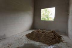 Le sable de pile dans le chantier de construction a préparé le béton de ciment de mélange Images libres de droits