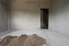 Le sable de pile dans le chantier de construction a préparé le ciment de mélange Photographie stock libre de droits