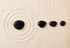 Le sable et la pierre de zen font du jardinage avec les cercles ratissés La simplicité, concen photos stock