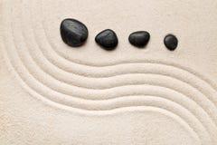 Le sable et la pierre de zen font du jardinage avec les lignes incurvées ratissées Simplicité, c photographie stock