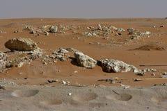 Le sable et les roches de désert, au coeur de l'Arabie Saoudite, des roches sont également vus Image libre de droits