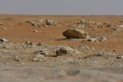 Le sable et les roches de désert, au coeur de l'Arabie Saoudite, des roches sont également vus Image stock