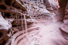 Le sable tombe des trous dans des murs de canyon de fente Photos stock