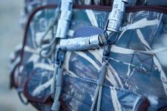 Le sac à dos de chasseurs avec l'oiseau réunit le trophée images libres de droits