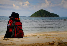 Le sac à dos-voyageur dans un chapeau Photo libre de droits