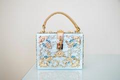 Le sac à main des femmes bleues avec la poignée d'or photos stock