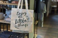 Le sac d'emballage avec le ` d'expression apprécient le petit ` de choses image stock