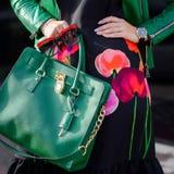 Le sac dans la femelle remet le plan rapproché Lunettes de soleil dans la femme de mains Image libre de droits