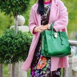 Le sac dans la femelle remet le plan rapproché Lunettes de soleil dans la femme de mains Accessoires de dames de mode, bracelets, Photos libres de droits