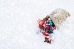 Le sac de cadeau du ` s de Santa complètement de Noël joue Copiez l'espace Photographie stock