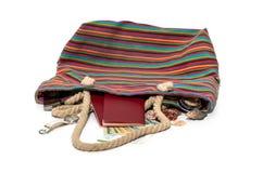 Le sac de plage s'est laissé tomber, des choses dedans photos libres de droits