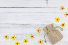 Le sac de toile à sac décorent des fleurs de papier jaunes Photo stock