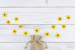 Le sac de toile à sac décorent des fleurs de papier jaunes Photographie stock libre de droits