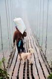 Le sac de transport à personnes thaïlandaises marchant sur la suspension en bois bridgeen Photo libre de droits