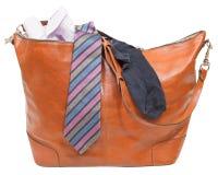 Le sac en cuir des hommes avec la chemise, lien, chaussette d'isolement Images stock