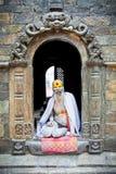 Le sadhu de Shaiva cherche l'aumône sur le temple de Pashupatinath dans Kathmand images libres de droits