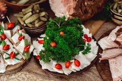 Le saindoux chaleureux avec l'ail a servi avec du pain frais sur une table Photo stock