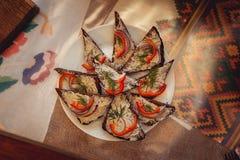 Le saindoux chaleureux avec l'ail a servi avec du pain frais sur une table Images stock