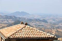 Le Saint-Marin, Saint-Marin - 10 juillet 2017 : Vue du haut de la vue sur des maisons avec les toits rouges Photographie stock libre de droits
